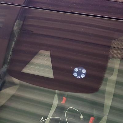 Nach dem Tausch des Autoglases muss die Sensorik wieder an den richtigen Punkt montiert werden.